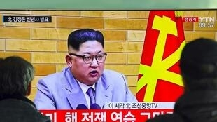 Sul-coreanos assistem à mensagem de Kim Jong Un na TV