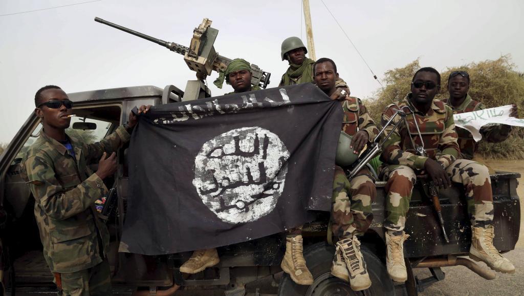 Bendera iliyopokonywa kutoka mikononi mwa vikosi vya Boko Haram, ikishikiliwa na anajeshi wa Niger, ambao wameingia katika mji wa Damasak, nchini Nigeria, Machi 18 mwaka 2015. Majeshi ya  Chad na Nigeria yanashiriki katika mashambulizi dhidi ya askari ya v