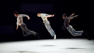 Amala Dianor (en tête), Pansun Kim, et Souleymane Ladji Kone, dans «Quelque part au milieu de l'infini».
