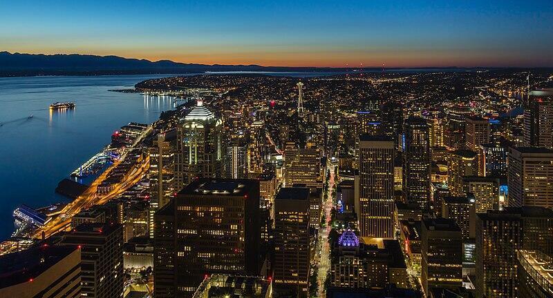 800px-Vista_de_Seattle,_Washington,_Estados_Unidos,_2017-09-02,_DD_07-08_HDR