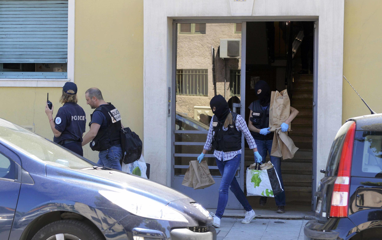 Policiais de Nice participam de batida contra suspeitos no dia seguinte ao ataque de 14 de julho.