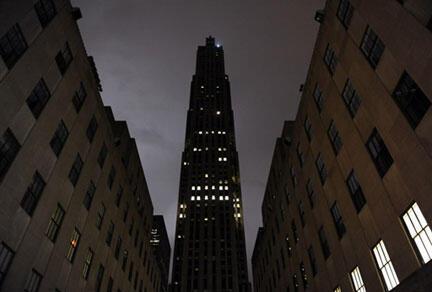 A New York, le Rockefeller Center a éteint ses lumières pour participer à l'opération « Une heure pour la planète », le 28 mars 2009.