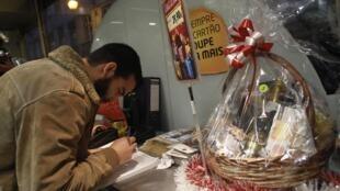 Desempregados portugueses invadiram um supermecado em Lisboa no sábado, 21 de dezembro, exigindo que cestas de Natal fossem distribuídas gratuitamente.