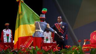 Le président Sassou-Nguesso reçoit des mains d'un soldat le drapeau de la République du Congo, à Brazzaville, le 16 avril 2016.