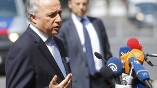 لوران فابیوس وزیر امور خارجه فرانسه، در جمع خبرنگاران در محوطه خارج هتل کوبورگ، محل مذاکرات ایران و گروه ۱+۵