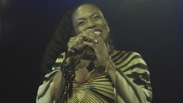 Dee Dee Bridgewater sur scène lors du Festival de Jazz de Vienne, en 2007 (Journée malienne)