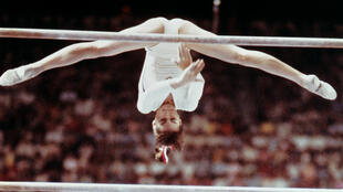 En juillet 1976, aux Jeux olympiques de Montréal, le monde a les yeux de Chimène pour la jeune Roumaine Nadia Comaneci, âgée de 14 ans, qui fait u ntriomphe en gymnastique.