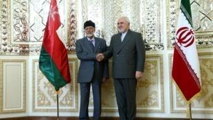 Les chefs de la diplomatie omanaise et iranienne Youssef ben Alaoui (g) et Mohammad Javad Zarif, à Téhéran, ce samedi 27 juillet 2019.
