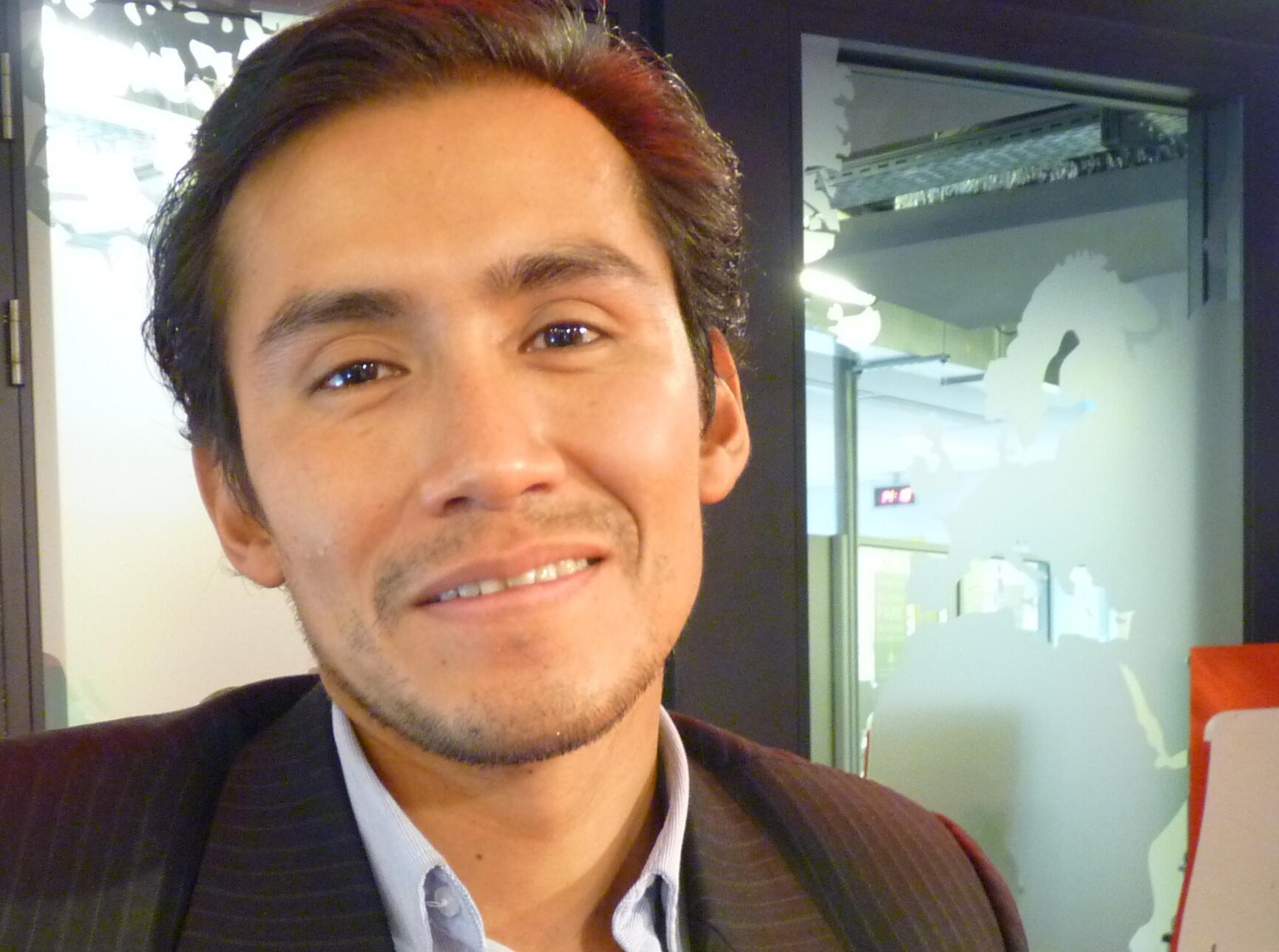Carlos Orihuela en los estudios de Radio Francia Internacional