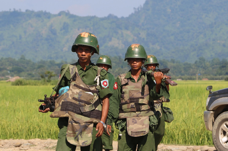 Askari wa Myanmar wakipiga doria katika kijiji cha  Maungdaw katika jimbo la Rakhine kwa kukabiliana na makundi ya wapiganaji wa Kiislam.