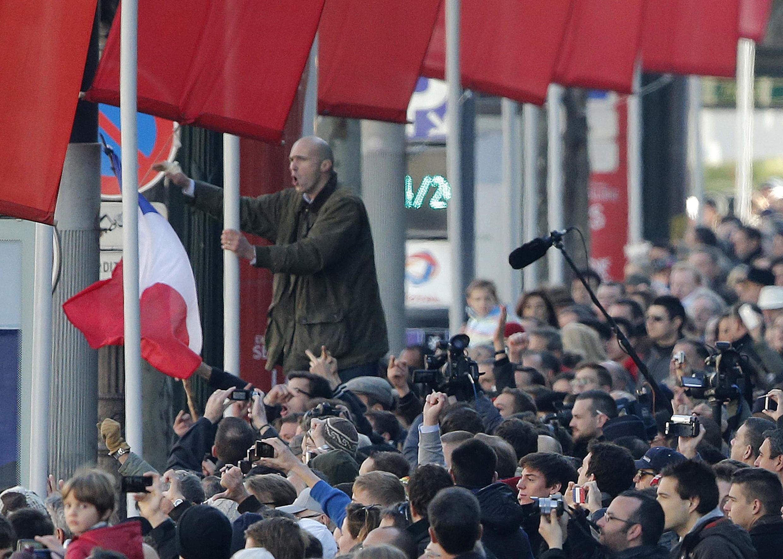 Manifestantes gritam slogans contra o presidente François Hollande na avenida do Champs Elysées, em Paris.