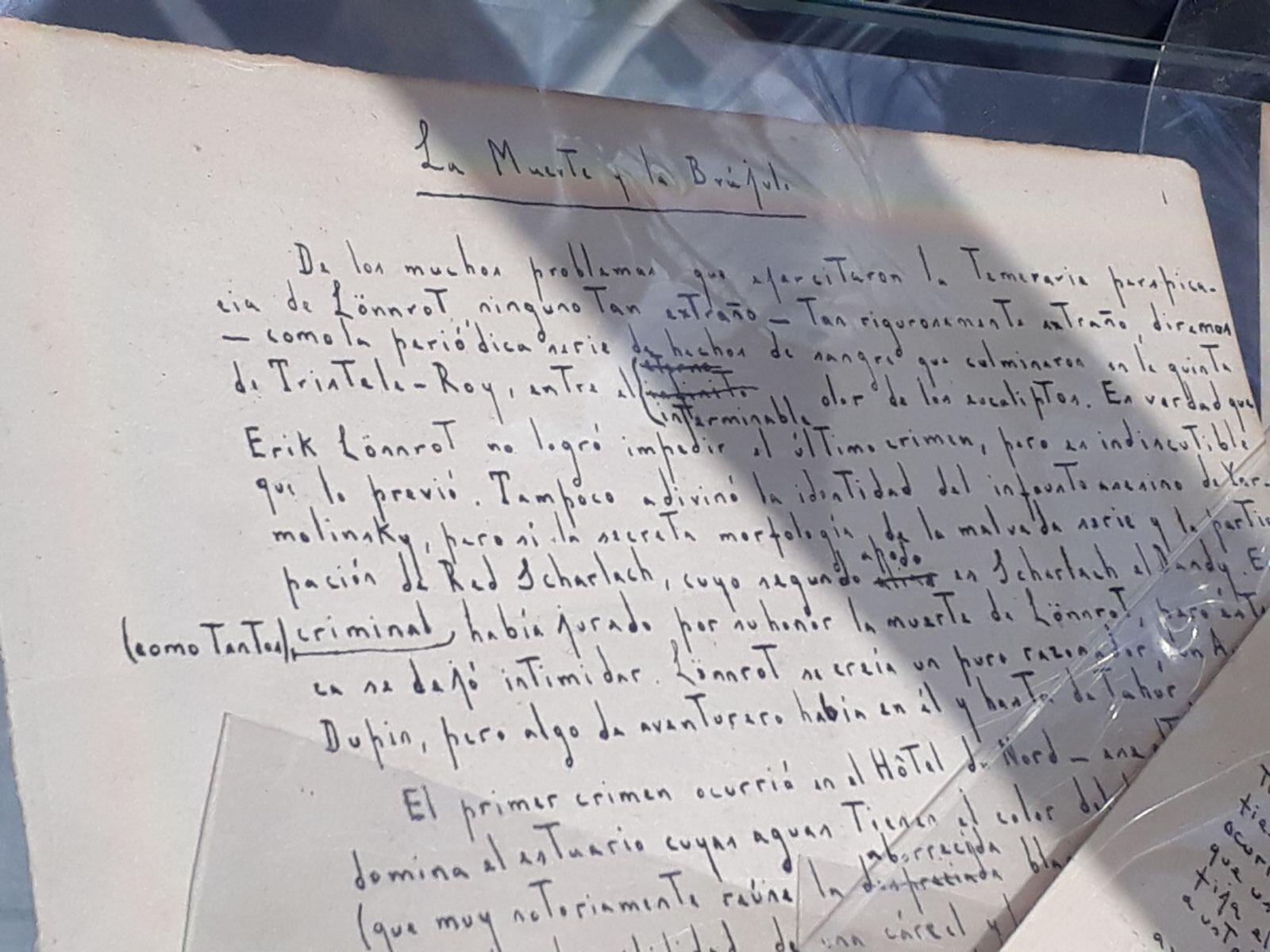 """Manuscrito de Jorge Luis Borges """"La muerte y la brújula"""", presentado por Víctor Aizenman."""