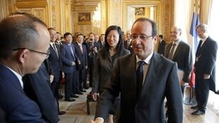Tổng thống Pháp F. Hollande (P)  tiếp phái đoàn doanh nhân Trung Quốc tại điện Elysée, Paris. Ảnh chụp ngày 25/06/2013.