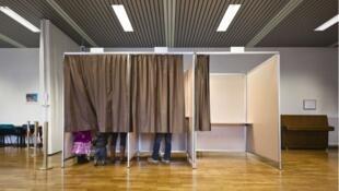 Cabines de votação suíças serão aberta novamente no domingo.