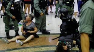 香港警方星期日在大埔超級城拘捕示威者。