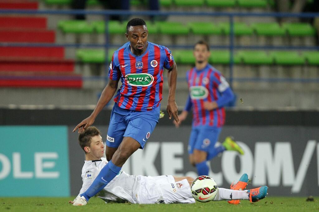Fodé Koïta avec le maillot de Caen sur les épaules.
