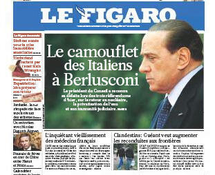 Manchete do jornal francês Le Figaro a derrota do chefe de governo italiano, Silvio Berlusconi.