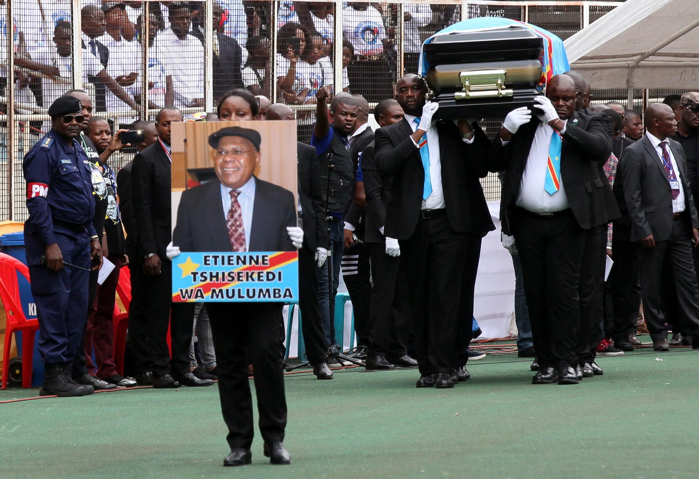 Jeneza la maiti ya Étienne Tshisekedi lilipowasili katika uwanja wa des Martyrs jijini Kinshasa mei 31 2019.
