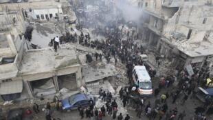 Bombardeio do exército sírio no mercado de Azaz, norte de Aleppo, na Síria.