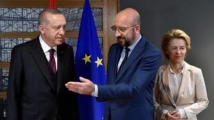 Le président du Conseil de l'UE, Charles Michel (C), la présidente de la Commission européenne, Ursula von der Leyen (D), et le président turc Tayyip Erdogan (G) avant leur réunion au siège de l'UE à Bruxelles, le 9 mars 2020.