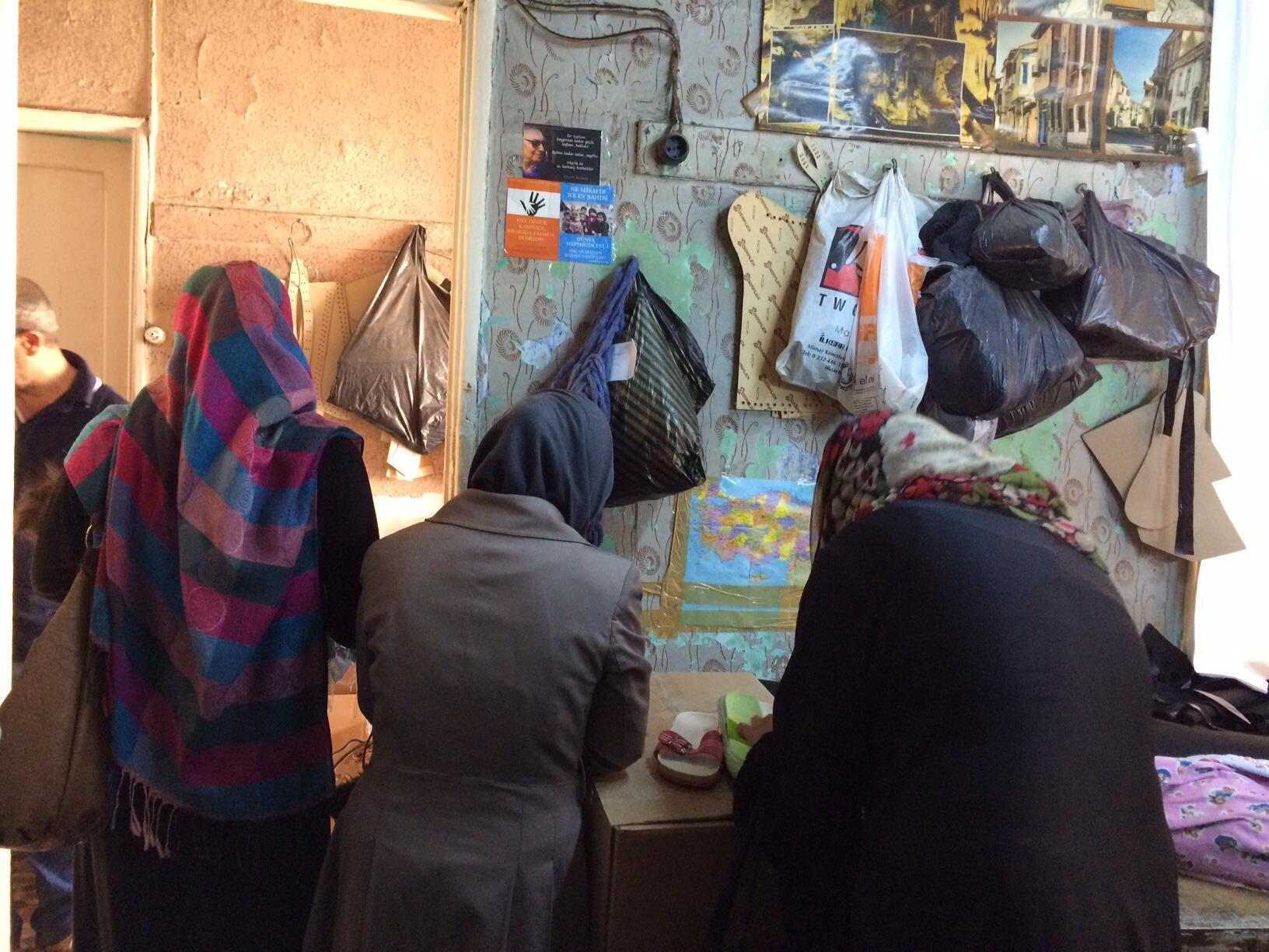 Refugiadas sírias que foram buscar ajuda na oficina de Yalchin Yanick.
