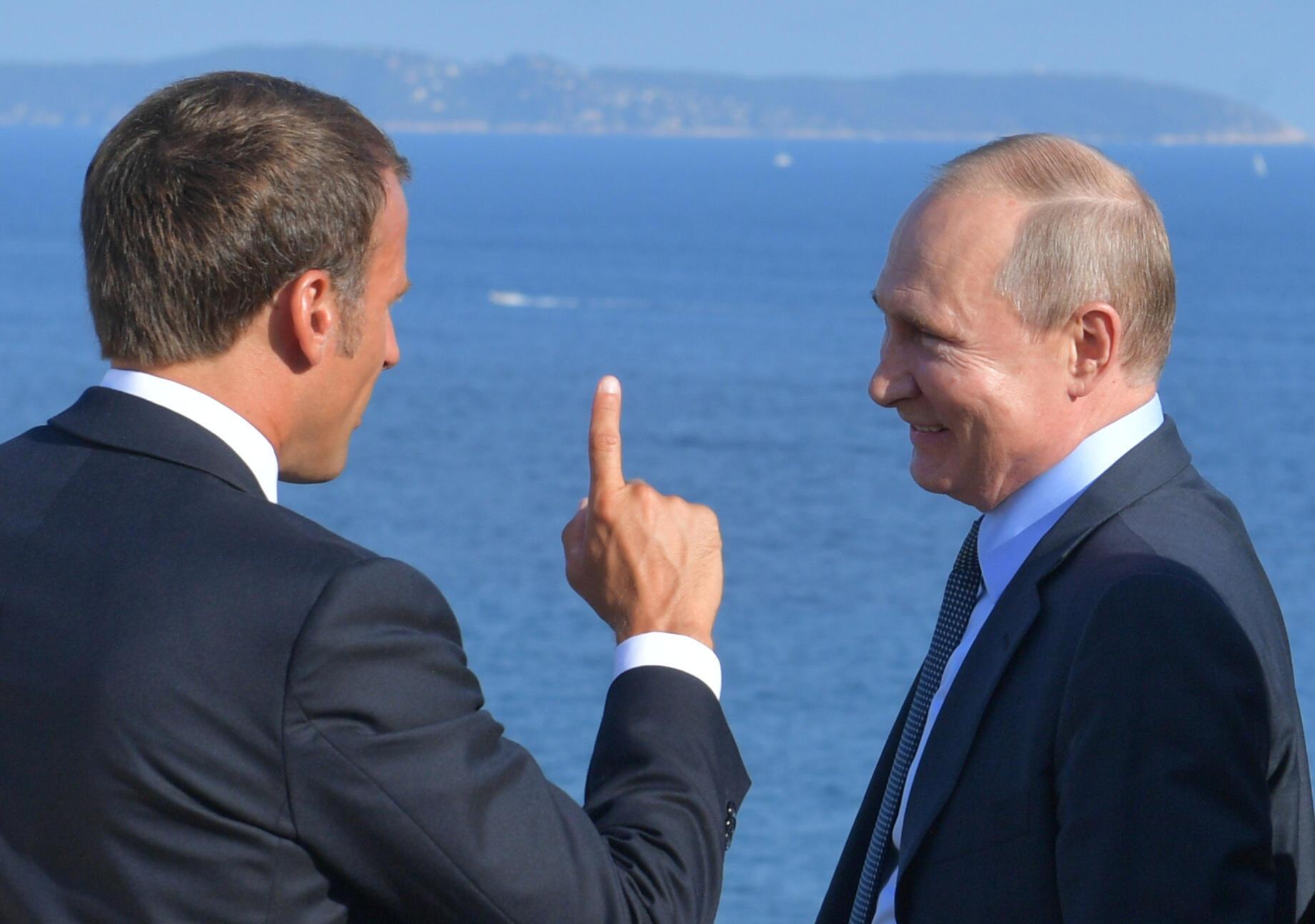 Tổng thống Pháp Emmanuel Macron (T) trò chuyện cùng đồng nhiệm Nga, Vladimir Putin tại Bregancon, Pháp, ngày 19/08/2019.