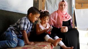 Семья сирийских беженцев в Бейруте.