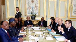 ملاقات امانوئل ماکرون، رئیس جمهوری فرانسه با رؤسای جمهوری چاد، نیجر و لیبی، در جلسه مربوط به بحران مهاجرت در کاخ الیزه. دوشنبه ۶ شهریور/ ٢٨ اوت ٢٠۱٧