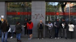 Espanhóis na fila de uma agência nacional de emprego, reflexo da crise que devasta a Europa.