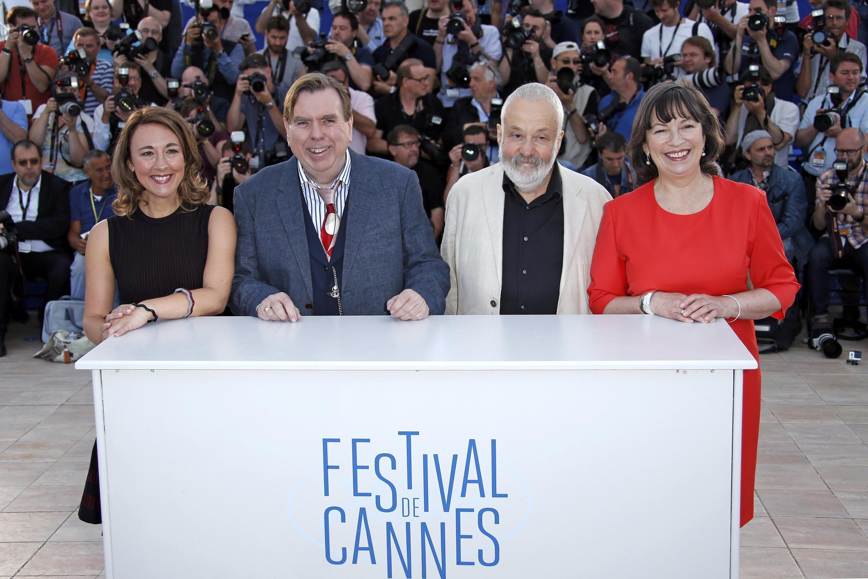 """Đạo diễn Mike Leigh (thứ hai bên phải) và ê-kíp làm phim """"Mr. Turner"""" tại Liên hoan phim Cannes 2014."""