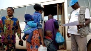 Wakimbizi wa DRC wanapanda basi ili kurudi nyumbani tarehe 6 Agosti 2011, Tchibanga, kusini mwa Gabon.