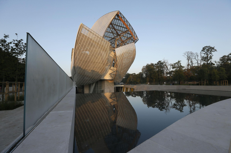 由美加著名建筑师Frank Gehry设计的路易威登基金会现代艺术中心外形。