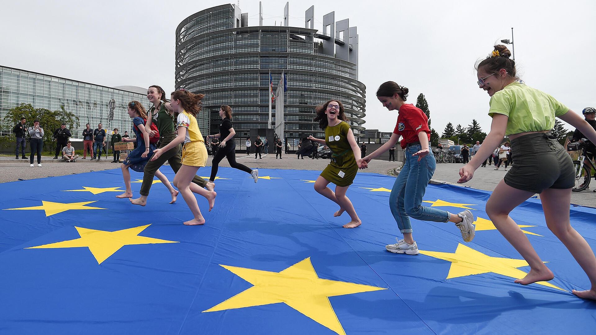 France - Strasbourg - Parlement - Jeunes - drapeau sur le sol_AFP 000_1GV3JR