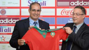 Le nouveau sélectionneur marocain, Badou Zaki (à gauche), pose avec le président de la Fédération royale, Fouzi Lekjaa.