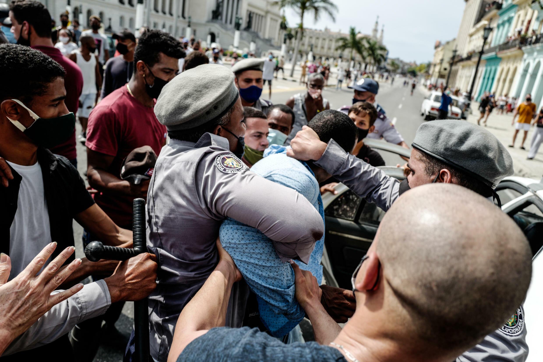 Un hombre es detenido durante una manifestación contra el gobierno del presidente cubano Miguel Díaz-Canel en La Habana, el 11 de julio de 2021