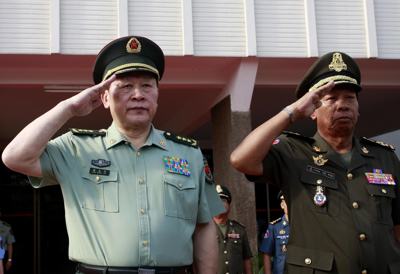 Bộ trưởng Quốc phòng Trung Quốc Lương Quang Liệt và đồng nhiệm Cam Bốt, ông Tea Banh (RFI /Siv Channa)