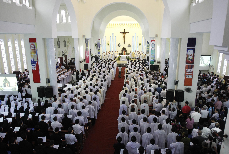 Giáo dân Hưng Hóa, Sơn Tây tham dự thánh lễ do Giám mục phụ tá Anphongsô Nguyễn Hữu Long, được Đức Giáo hoàng Phanxicô bổ nhiệm tháng 6/2013, làm chủ tế.