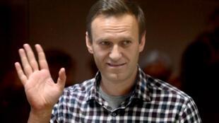 El líder opositor ruso Alexei Navalny permanece dentro de una celda de cristal durante una vista judicial en el tribunal del distrito de Babushkinsky, en Moscú, el 20 de febrero de 2021