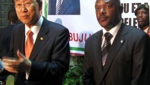 Katibu mkuu wa Umoja wa mataifa Ban Ki-Moon akiwa ziarani jijini Bujumbura Burundi Juni 2010 na mwenyeji wake raisi Nkurunziza.