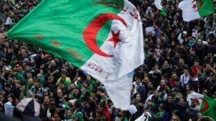 Raia wa Algeria waishio nchini Ufaransa wakiunga mkono maandamano ya ndugu zao nchini Algeria, Paris Machi 17.