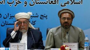Mohammad Amin Karim (d), le représentant de Gulduddin Hekmatyar, et Sayed Admad Gilani, président du Haut Conseil de paix, durant leur discours après la signature de l'accord de paix, ce jeudi 22 septembre 2016, à Kaboul.