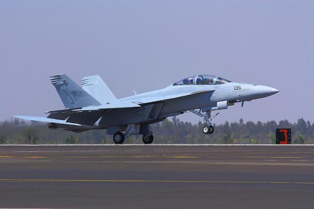 Segundo especialistas ouvidos pelo jornal francês 'Les Echos', a empresa Boeing tenta convencer o governo brasileiro a comprar caças F18 Super Hornet, como o da foto.