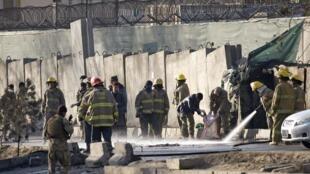 阿富汗消防員和保安部隊成員清洗自殺式襲擊現場2016年2月1日喀布爾