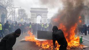 """Barricdas de los """"blacks bloc""""en llamas en Los Campos Eliseos durante la manifestación del sábado 16 de marzo 2019.  samedi 16 mars."""