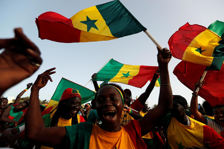 Mashabiki wa timu ya taifa ya soka ya Senegal Dakar wakati timu yao ikicheza hatua ya nusu fainali dhidi ya Tunisia Julai 14, 2019.