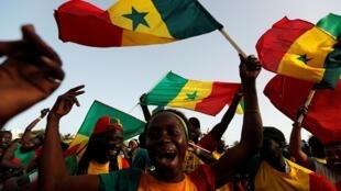 Des fans du Sénégal à Dakar, pendant la demi-finale remportée contre la Tunisie, le 14 juillet 2019.