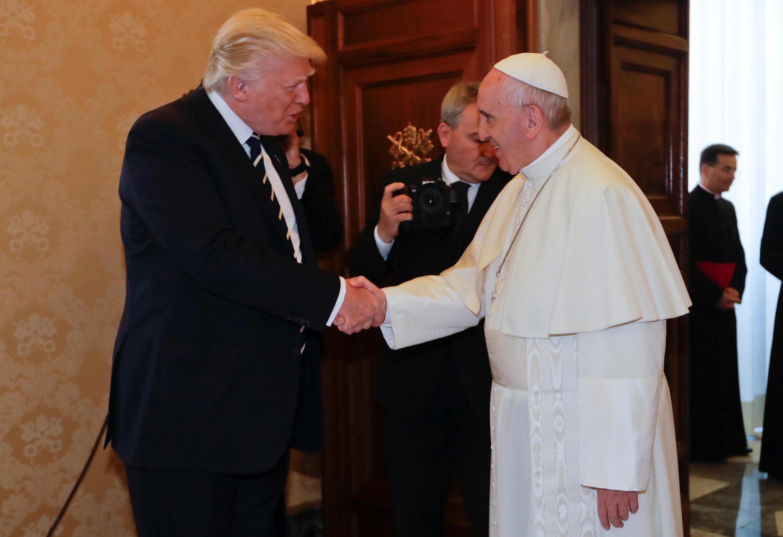 Rais Donald Trump akimsabahi Papa Francis, Mei 24, 2017.