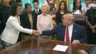 美國總統特朗普2019年7月17日在白宮會晤因信仰不同而被迫害的17國人士,圖為與中國法輪功修鍊者張玉華握手。
