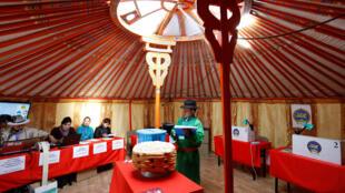 圖為蒙古總統選舉設置在帳篷里的投票站
