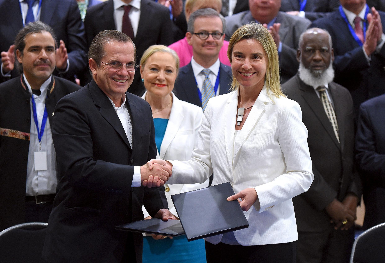 Bà Federica Mogherini, người đứng đầu ngành ngoại giao châu Âu và Ngoại trưởng Ecuador Ricardo Patino tại thượng đỉnh EU-CELAC ngày 10/06/2015.